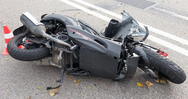 Motorkář(† 34)zemřel ve Vémyslicích na Znojemsku po nárazu do betonového mostku. Ilustrační foto.