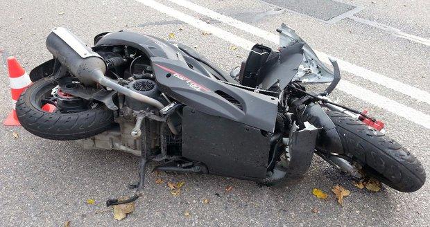 Motorkář (†55) patrně přehlédl zaparkovaný vůz a přeletěl přes něj. Nehodu nepřežil.