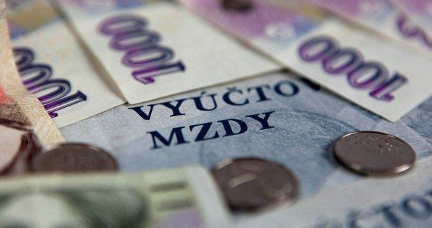 Příjmy v Česku rostou: Bankéři utrácejí, zatímco učitelé šetří a splácejí dluhy