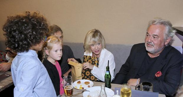 Jana Švandová se svými vnoučaty a manželem Pavlem Satoriem.