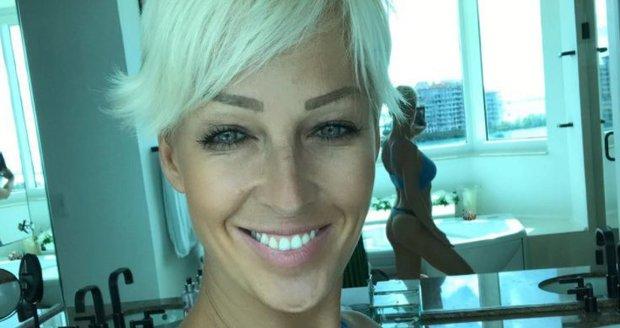 Zuzana Belohorcová ukázala své půlky v zrcadle.