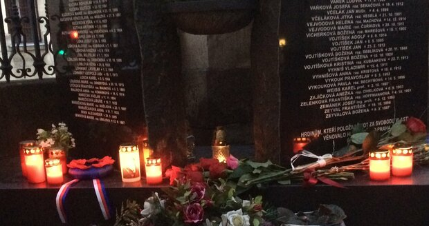Lidé pokládali věnce a svíčky.