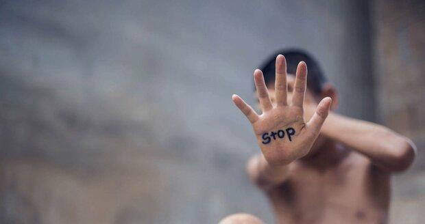 Znásilnil malého kluka! Sexuální deviant (22) dostal 2,5 roku vězení a musí se léčit