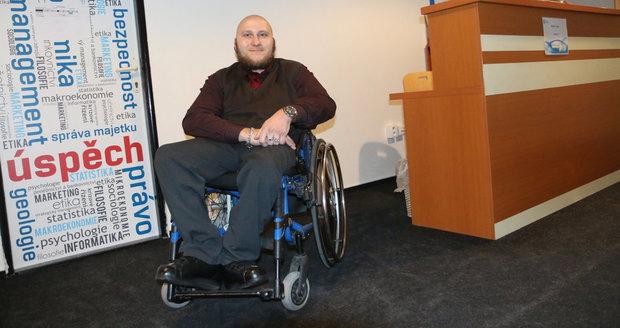 Zoufalství postiženého Radka (30): Nenašel práci, tak začal studovat. Sociálka ho ale zařízla