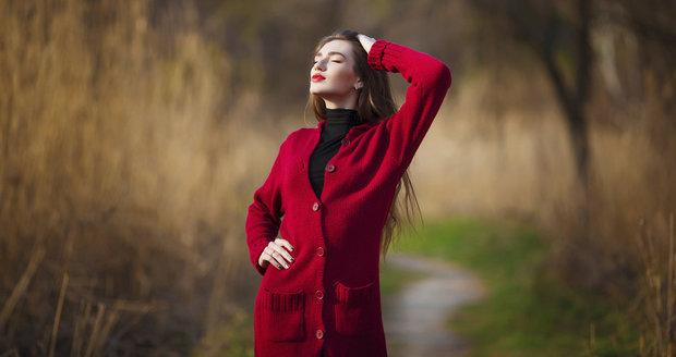 Jak nosit dlouhé svetry? Inspirujte se ve velké galerii!