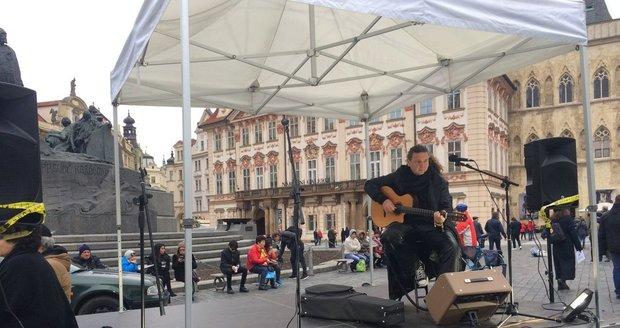 Na Staroměstském náměstí v Praze se sešly stovky lidí, aby oslavily výročí samostatnosti.