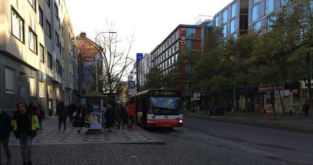 Tunelbusy by mohly jezdit ze Smíchova na Anděl. Omezit by ale údajně musel ROPID další linky, například 123.