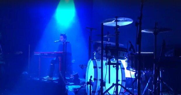 Vzpomínka na zesnulou manželku bubeníka kapely Mirai během koncertu v Lucerně