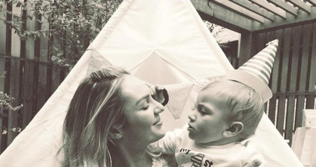 Modelka Candice Swanepoel se synem slavila narozeniny.