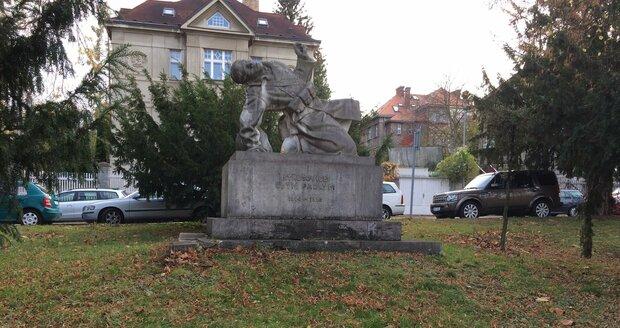 Do čela Macharova náměstí na Ořechovce je situován pomník padlým.