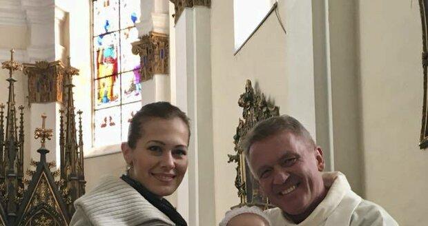Jana Doleželová nechala pokřtít dcerku Verunku. Obřad měl na starosti Zbigniew Czendlik.