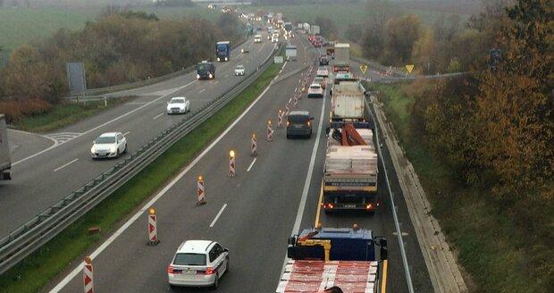 Zúžení dálnice D1 před opravovaným mostkem u Rohlenky. Kolony tady testují nervy řidičů už několik měsíců.