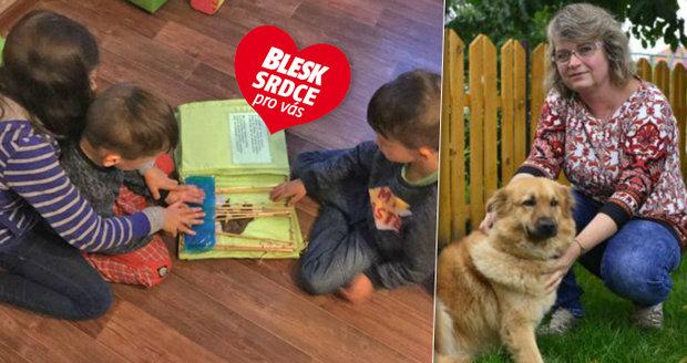 Paní Křepelová má dům se zahradou, a tak si děti můžou hrát i s jejím psem.