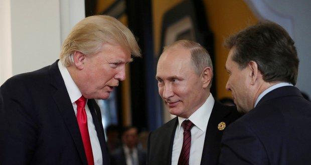 """Trump tajil část jednání s Putinem, sebral i poznámky tlumočníka. """"Bezprecedentní,"""" zuří experti"""