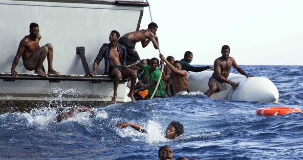 Stovky migrantů na lodích, těhotné ženy a 4 mrtví: Jih Evropy znovu pod náporem