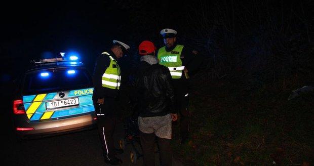 Auta a vesty policistů jsou i ve tmě vidět vždy na stovky metrů. Reflexivní prvky by měli mít ve večerních hodinách ideálně všichni chodci.