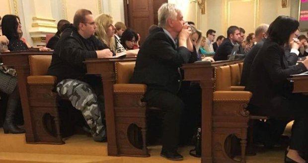 Kritika za maskáče ve Sněmovně dohnala člena SPD na hranu sebevraždy. Zhroutil se