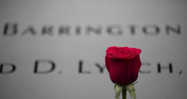 Památník 11. září: Po obvodu jsou v bronzových deskách uvedena jména obětí.