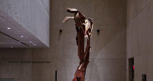 Kusy oceli z místa, kam do věže narazilo jedno z letadel.