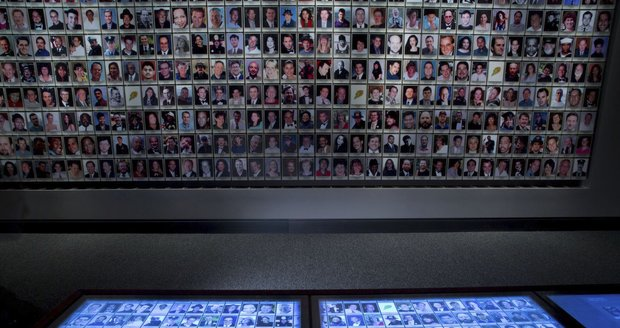 V muzeu se nachází i snímky všech obětí atentátů.