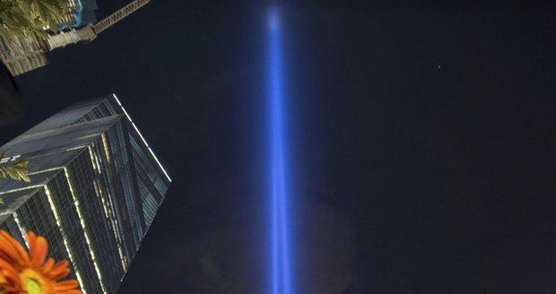 Světelná instalace nedaleko památníku