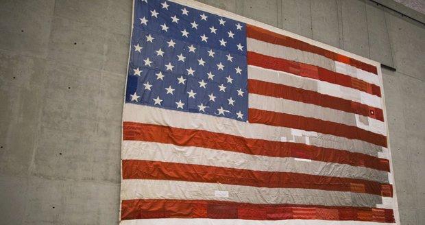 Americká vlajka, která visela na budově naproti věžím Světového obchodního centra.