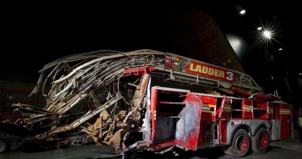 Poničený hasičský vůz, na nějž dopadly trosky WTC. Dvanáct hasičů, kteří tímto vozem přijeli, ve věžích našlo smrt.