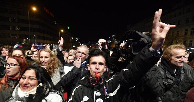 17. listopad: Tisíce lidí na Václaváku, jásot pro Drahoše a vypískaný Okamura