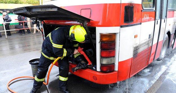Z autobusu MHD šlehaly plameny: Řidič požár uhasil, než přijeli hasiči