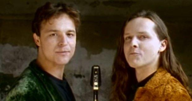 Petr Rajchert a Michal Malátný v klipu Pojď si lehnout kapely Chinaski