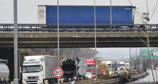 Pražský okruh zablokovala nehoda, tvoří se kolony. (Ilustrační foto)