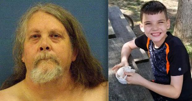 Obézní děda rozmáčkl nevlastního vnuka: Zalehnul ho vlastním tělem, když měl záchvat
