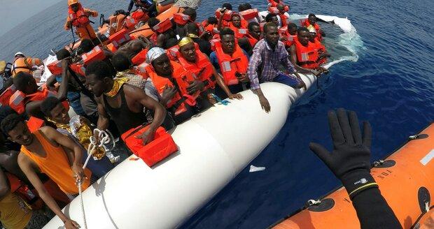 Italové vylovili z moře 1100 migrantů z Libye, žena na člunu dokonce porodila