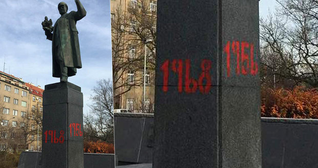 Počmáraný sovětský maršál Koněv: Na podstavec sochy v Dejvicích vandal červeně namaloval letopočty