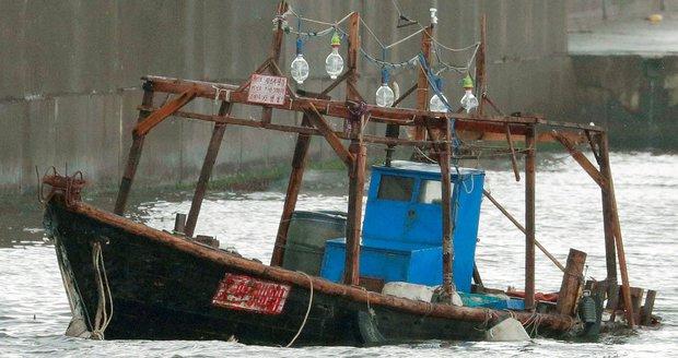 Severokorejci ztroskotali v Japonsku: Při rybolovu ztratili kontrolu nad lodí