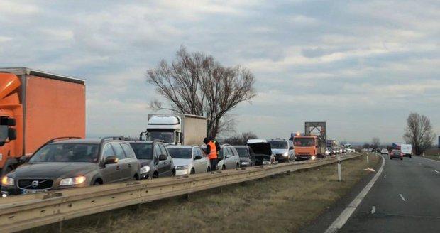 Na dálnici D10 couvali řidiči, aby se vyhnuli koloně (ilustrační foto).