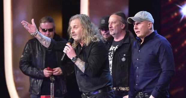Kapela Kabát převzala zlatého Slavíka v kategorii Skupina roku.