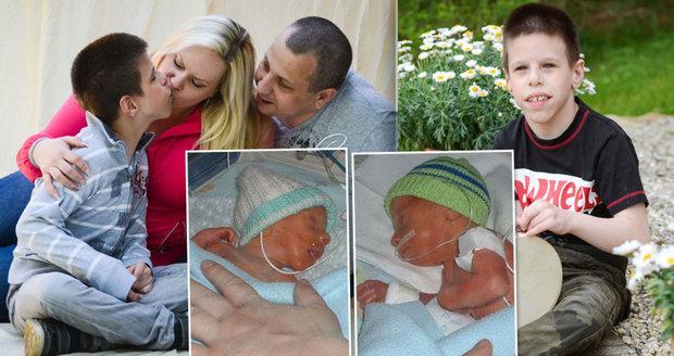 Syn jim zemřel v náručí. Jeho dvojče Nikolas (12) trpí vzácným syndromem