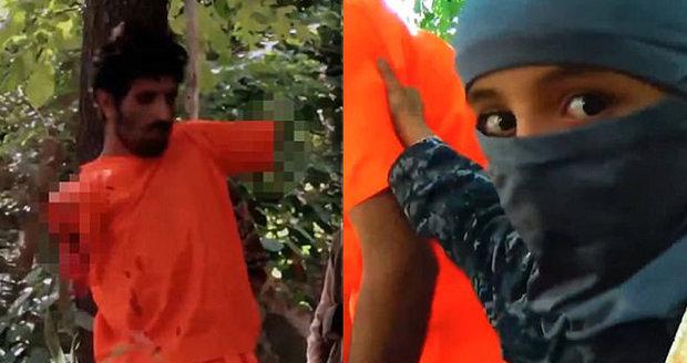 Dětští popravčí v ISIS: Vězni usekali ruce, pak mu setnuli i hlavu