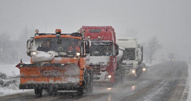 Pět centimetrů sněhu a jih Moravy je jedna velká bouračka: Od rána bylo už 100 nehod!