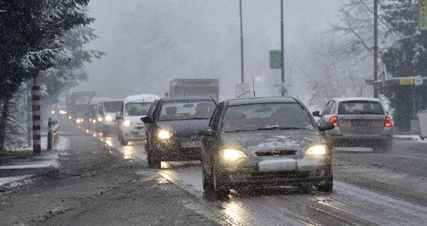 Meteorologové varují před dalším náledím. Klouzat můžou silnice i chodníky