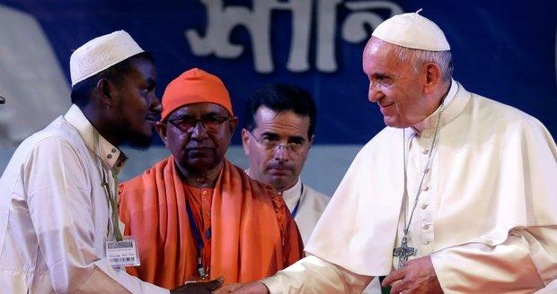 Papež požádal uprchlíky o odpuštění za lhostejnost. Poprvé jim řekl Rohingové