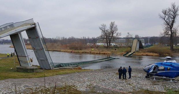 Lávka v pražské Troji se zřítila do Vltavy! Lidé popadali do vody, dva z nich se těžce zranili