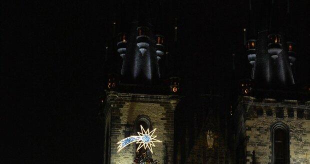Nový vánoční strom se v sobotu rozsvítil na Staroměstském náměstí.