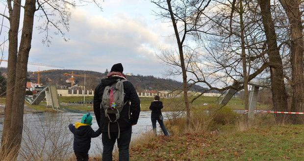 Trojská lávka spojující Císařský ostrov s pravým břehem Vltavy je od soboty minulostí.