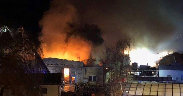 Ohnivé peklo v pražské Vinoři: Z haly se ozývaly výbuchy, hasiči vyhlásili nejvyšší stupeň poplachu