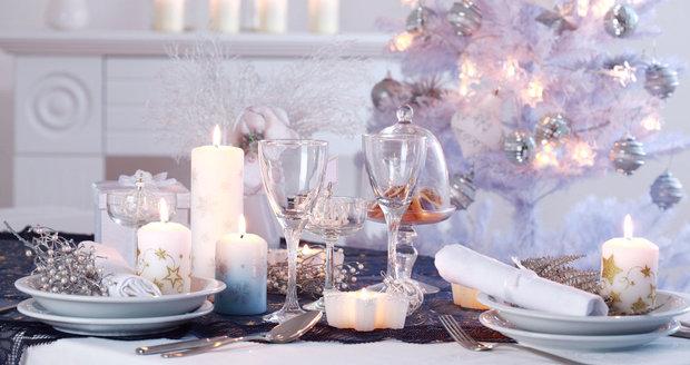 Barvou letošních Vánoc je bílá a fialová, vedle ale nešlápnete ani s přírodními dekoracemi.