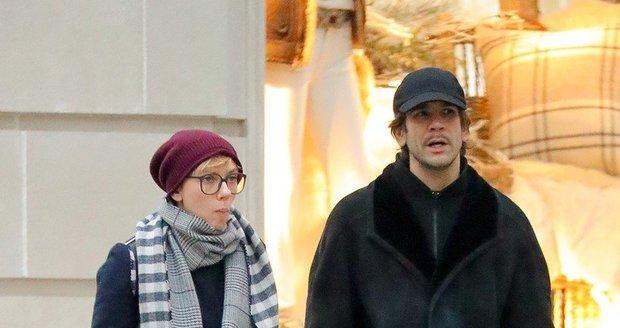 Nenalíčená Scarlett Johansson s exmanželem Romainem Dauriacem a dcerou Rose