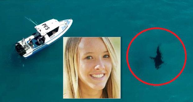 Šestimetrový žralok bílý plaval kousek od pláže. Už dříve tu dívce uhryzl nohu