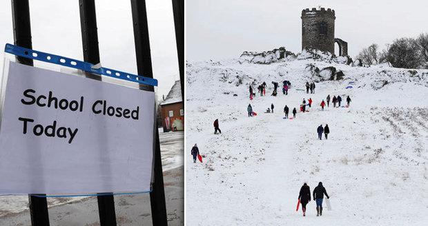 V Británii je větší zima než v Rusku. Mráz zavřel školy, rodiče zuří
